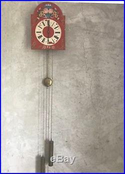Horloge foret noire de couleur rouge très bon état mécanisme neuf