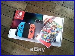 Nintendo Switch état neuf avec Manettes Joy-Con Bleu et Rouge Néon + jeu ODYSSEY